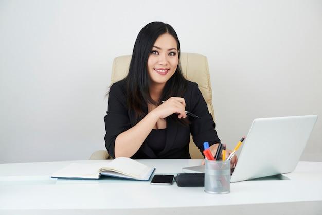 Empresário muito feminino Foto gratuita
