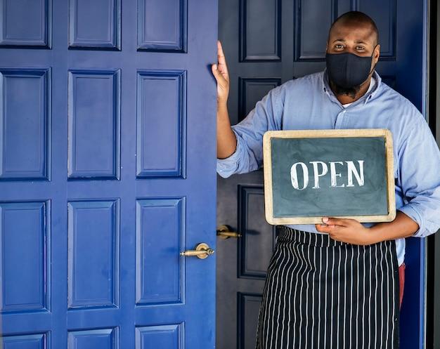Empresário negro mascarado durante nova pós-pandemia normal Foto gratuita