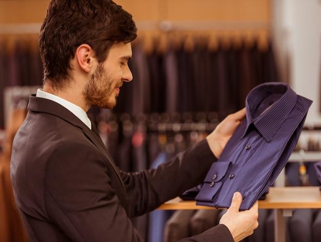 Empresário, olhando e escolhendo a camisa clássica. Foto Premium