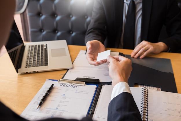 Empresário ouvir jovem atraente, explicando sobre seu perfil candidato entrevista respostas Foto Premium