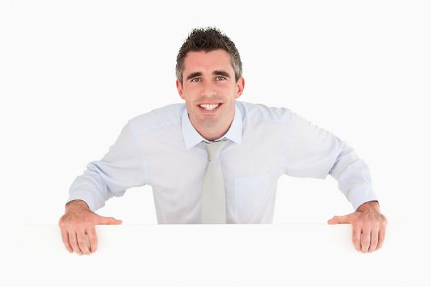 Empresário parado atrás de um espaço de cópia Foto Premium