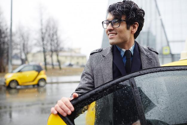 Empresário pegando táxi na cidade Foto gratuita