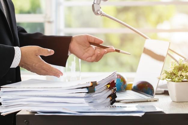 Empresário preparar relatórios papéis com gráficos, gráficos em arquivos de arquivos de documentos para finanças Foto Premium