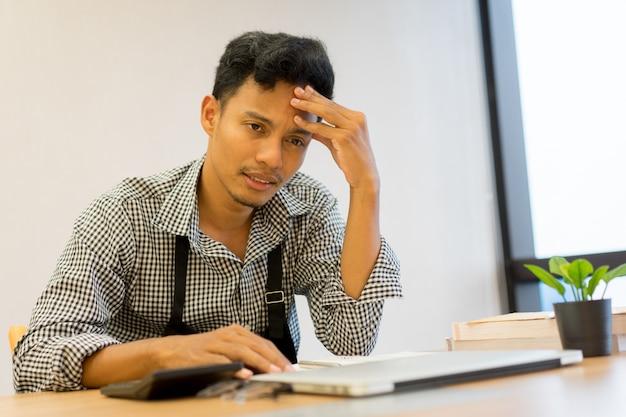 Empresário proprietário homem asiático estresse cefaléia com dívida Foto Premium