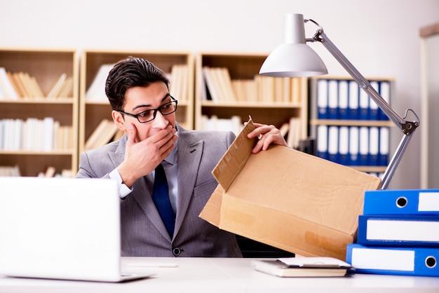 Empresário, recebendo parcela no escritório Foto Premium