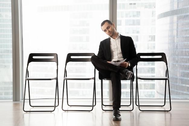 Empresário relaxado esperando por entrevista Foto gratuita