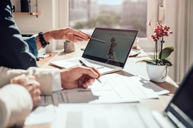 Empresário, revendo o cronograma do projeto Foto Premium