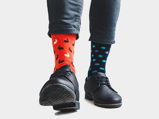 Empresário, sapatos da moda e meias brilhantes e coloridas Foto Premium