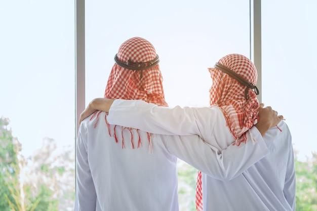 Empresário saudita árabe com amigo no hotel Foto Premium
