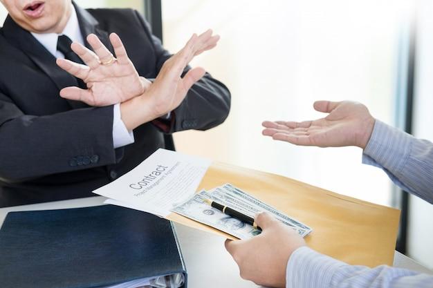 Empresário se recusa a receber dinheiro com papel de acordo Foto Premium