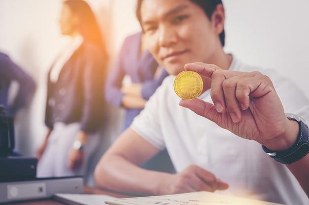 Empresário segurando a moeda de criptomoeda libra recentemente introduzida na economia mundial de dinheiro digital Foto Premium