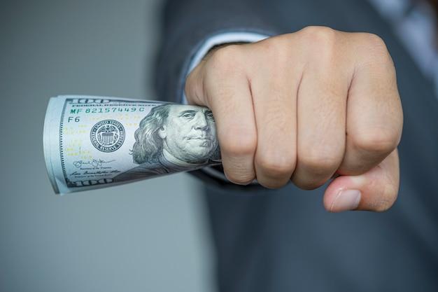 Empresário, segurando a nota de dólar Foto Premium