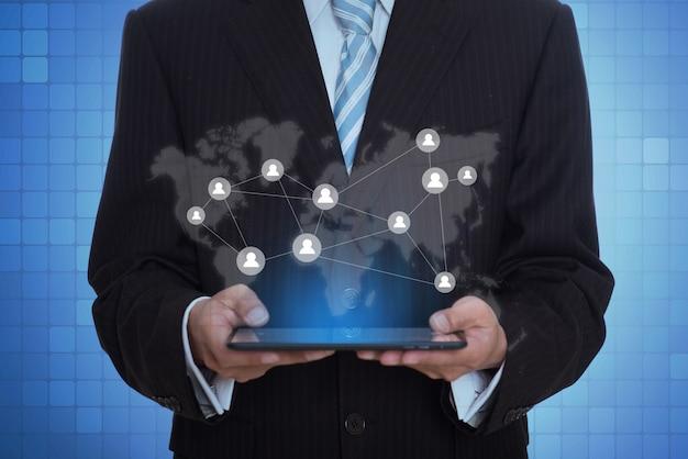 Empresário segurando uma tabuleta com um aplicativo virtual Foto gratuita