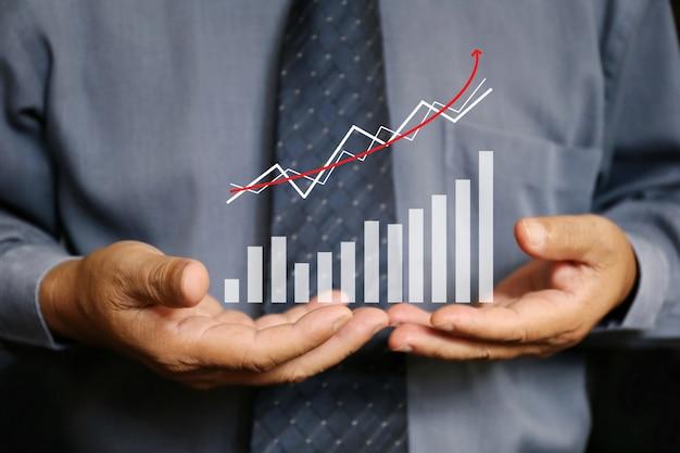 Empresário segurar gráfico gráfico, financeiro Foto Premium