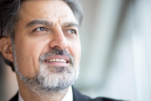 Empresário sênior bem sucedido com barba cinzenta Foto gratuita