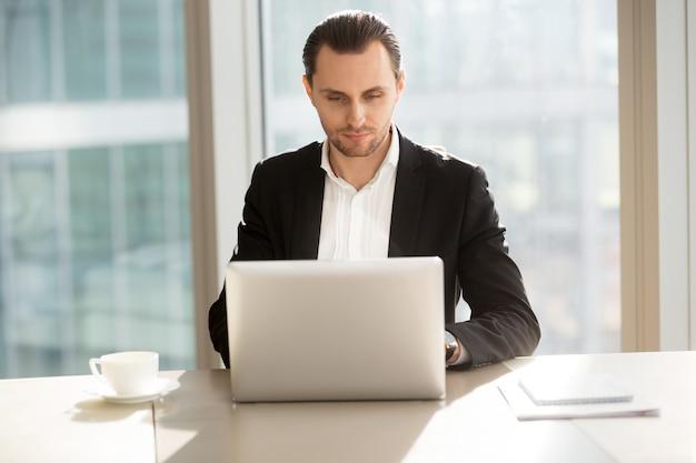 Empresário, surfando informações na internet Foto gratuita