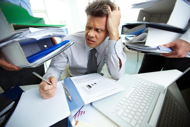 Empresário ter uma dor de cabeça Foto gratuita
