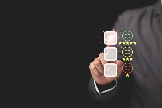 Empresário toca na barra da guia virtual para avaliar produtos e serviços Foto Premium