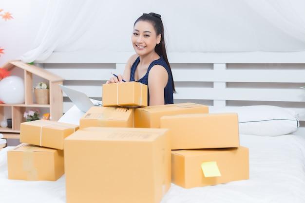 Empresário trabalhando com caixas Foto gratuita