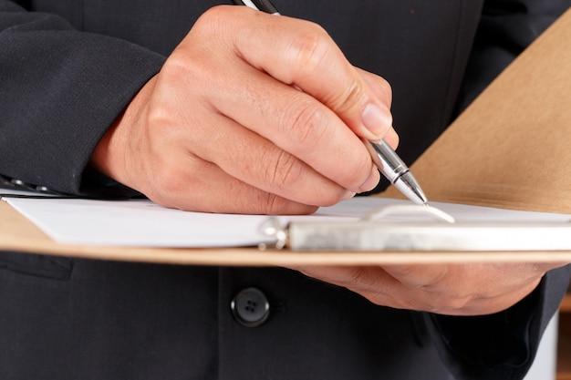 Empresário trabalhando com documentos assinar contrato Foto Premium