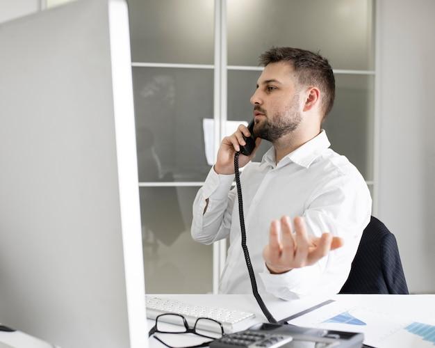 Empresário trabalhando duro no escritório Foto gratuita