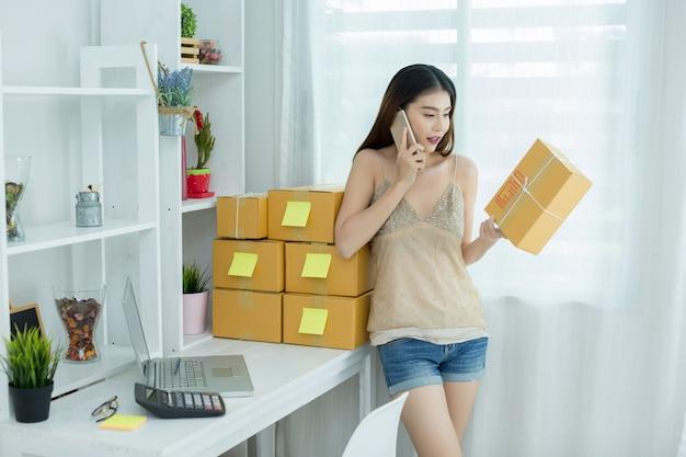 Empresário trabalhando em casa, embalagem de escritório Foto gratuita