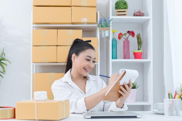 Empresário trabalhando em casa escritório Foto gratuita