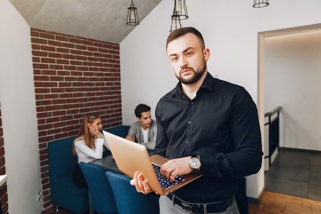 Empresário trabalhando em um escritório Foto gratuita