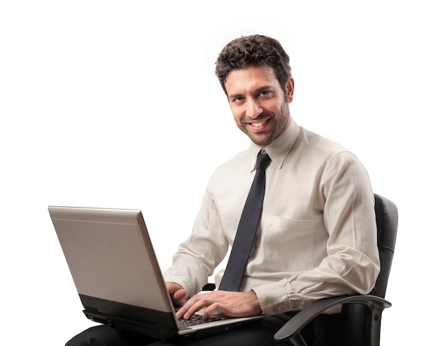 Empresário trabalhando em um laptop Foto Premium