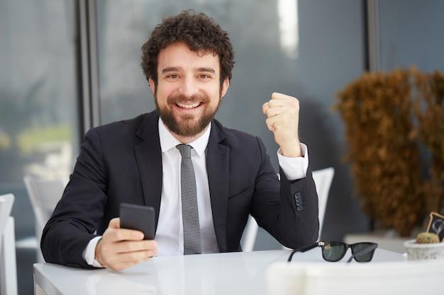 Empresário trabalhando no laptop Foto Premium