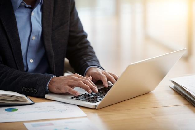 Empresário trabalhando no laptop Foto gratuita