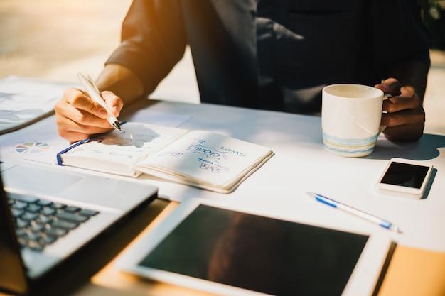 Empresário, trabalhando no projeto para análise swot empresa financeira Foto Premium