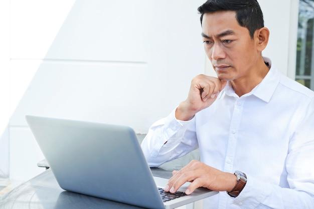 Empresário trabalhando on-line Foto Premium