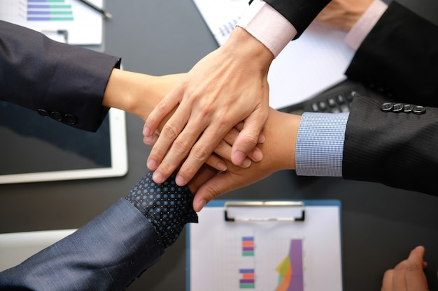 Empresário, unindo a mão unida, equipe de negócios, tocando as mãos juntas. Foto Premium