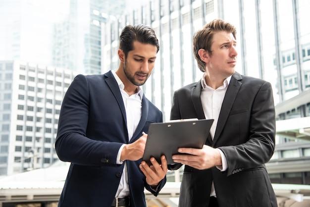 Empresário verificado e assinar um documento de inspeção Foto Premium