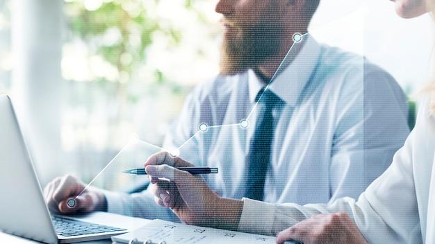 Empresários analisando o mercado de ações Foto gratuita