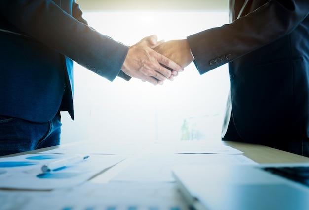 Empresários apertando as mãos durante uma reunião. Foto gratuita
