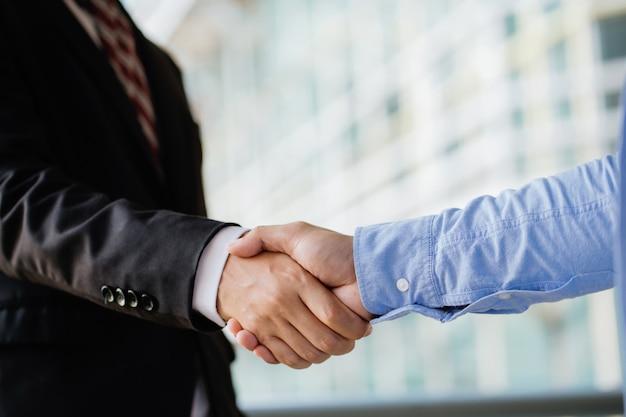 Empresários apertando as mãos, terminando uma reunião. sucesso trabalho em equipe, parceria e aperto de mão Foto Premium