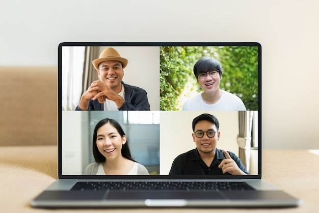 Empresários asiáticos durante uma vídeo-conferência Foto Premium