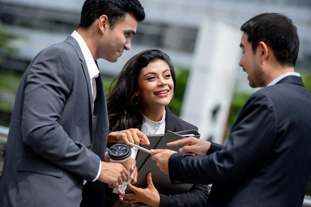 Empresários asiáticos tendo reunião fora do escritório Foto Premium