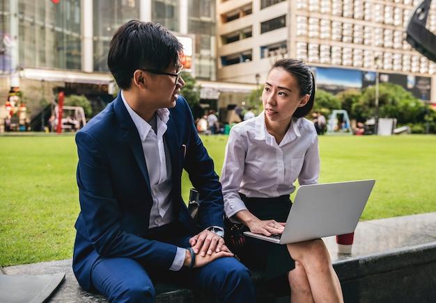 Empresários asiáticos trabalhando juntos em uma cidade Foto Premium