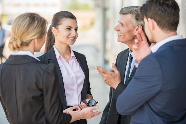Empresários confiantes, discutindo o projeto. Foto Premium