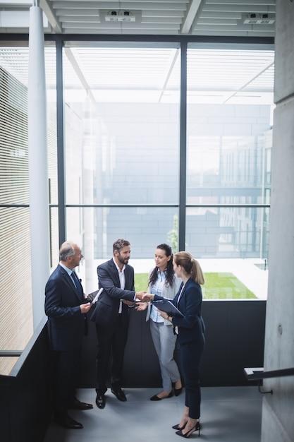 Empresários discutindo no escritório Foto gratuita