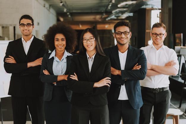 Empresários e empresárias com braços cruzados está sorrindo. Foto Premium