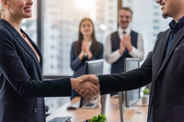 Empresários e mulher de negócios, apertando as mãos durante uma reunião com chegar a um acordo para os negócios Foto Premium