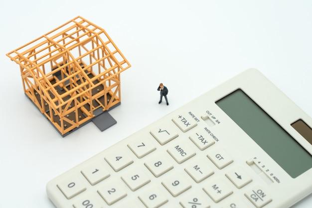 Empresários em miniatura permanente investimento análise investimento ou investimento Foto Premium