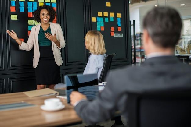 Empresários em reunião Foto gratuita