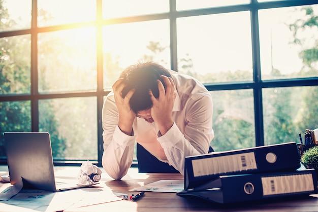 Empresários estão estressados com o trabalho no escritório. Foto Premium