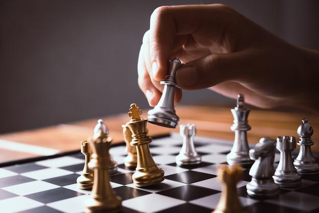 Empresários estão usando idéias de xadrez - idéias de planejamento de negócios Foto Premium