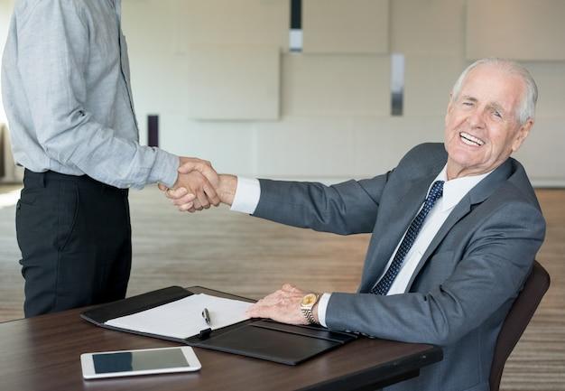 Empresários eteticos concluindo novo acordo Foto Premium